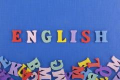 Palabra inglesa en el fondo azul compuesto de letras de madera del ABC del bloque colorido del alfabeto, espacio de la copia para Fotos de archivo
