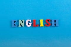 Palabra inglesa en el fondo azul compuesto de letras de madera del ABC del bloque colorido del alfabeto, espacio de la copia para Imágenes de archivo libres de regalías