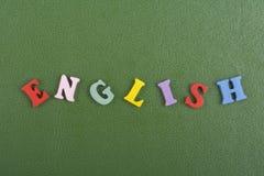 Palabra inglesa en el fondo verde compuesto de letras de madera del ABC del bloque colorido del alfabeto, espacio de la copia par Fotografía de archivo