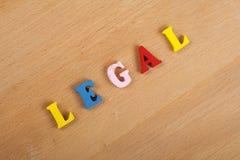 Palabra LEGAL en el fondo de madera compuesto de letras de madera del ABC del bloque colorido del alfabeto, espacio de la copia p Imagenes de archivo
