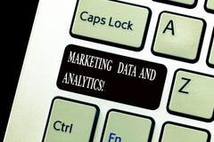 Palabra que escribe datos y Analytics del márketing del texto Concepto del negocio para hacer publicidad del teclado del análisis foto de archivo libre de regalías