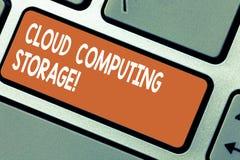 Palabra que escribe el almacenamiento de Cloud Computing del texto El concepto del negocio para los datos digitales se almacena e foto de archivo libre de regalías