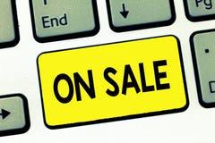 Palabra que escribe el texto en venta Concepto del negocio para la oportunidad comprar algo un descuento más barato listo para se imagenes de archivo