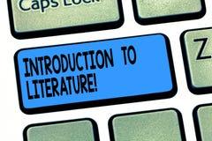 Palabra que escribe la introducción del texto a la literatura Concepto del negocio para la llave de teclado Collegepreparatory de fotos de archivo