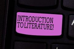 Palabra que escribe la introducción del texto a la literatura Concepto del negocio para la llave de teclado Collegepreparatory de fotografía de archivo