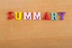 Palabra SUMARIA en el fondo de madera compuesto de letras de madera del ABC del bloque colorido del alfabeto, espacio de la copia Fotos de archivo libres de regalías