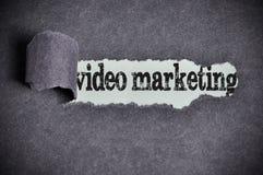 Palabra video del márketing debajo del papel negro rasgado del azúcar Imagenes de archivo