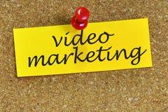 Palabra video del márketing en papel de carta con el fondo del corcho Fotografía de archivo libre de regalías