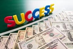 Palabras coloridas del éxito y dólares de EE. UU. cada vez mayor fotografía de archivo libre de regalías