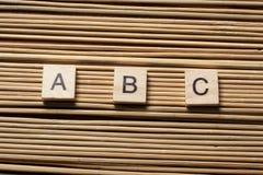 Palabras de ABC Ladrillos del juguete en la tabla Fotografía de archivo libre de regalías