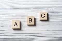 Palabras de ABC Ladrillos del juguete en la tabla Imagen de archivo libre de regalías
