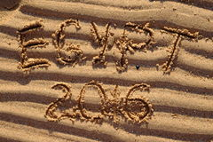 Palabras de Egipto 2016 escritas en la arena cruda en la playa Imagenes de archivo