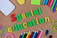 Palabras de la educación especial en corcho imagen de archivo