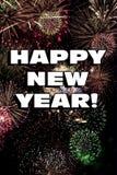 Palabras de la Feliz Año Nuevo con los fuegos artificiales coloridos Imágenes de archivo libres de regalías