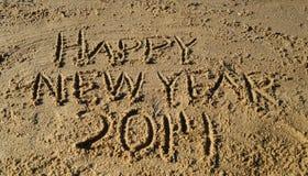 Palabras de la Feliz Año Nuevo 2014 escritas en arena Fotos de archivo