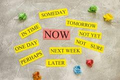 Palabras de la motivación en un fondo del cemento ligero Imagen de archivo libre de regalías