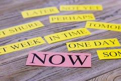 Palabras de la motivación en una tabla de madera ligera Imagenes de archivo