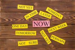 Palabras de la motivación en una tabla de madera rústica Fotografía de archivo