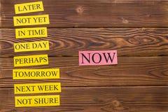 Palabras de la motivación en una tabla de madera rústica Fotos de archivo