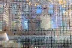 Palabras emocionales del superviviente de WWII en la pared de cristal del jardín conmemorativo del holocausto, Boston, masa, Summe Foto de archivo libre de regalías