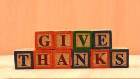 Palabras felices de la acción de gracias en la decoración de madera del bloque Fotos de archivo