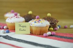 Palabras felices de Pascua con las decoraciones hechas en casa de las tortas y del huevo de Pascua Fotografía de archivo libre de regalías