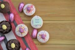 Palabras felices de Pascua con las decoraciones hechas en casa de las tortas y del huevo de Pascua Fotografía de archivo