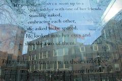 Palabras grabadas al agua fuerte del superviviente del holocausto en el monumento Foto de archivo