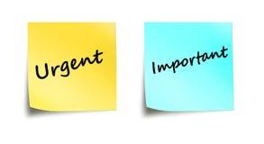Palabras importantes y urgentes en notas del palillo Foto de archivo libre de regalías