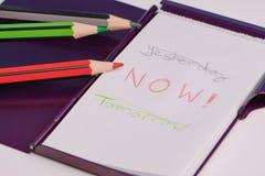 Palabras manuscritas: ayer, ahora, mañana en una libreta blanca foto de archivo libre de regalías