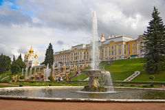The palace and fountain Samson Stock Photography