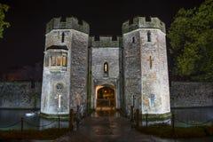 Palace Gatehouse d'évêque la nuit photographie stock libre de droits