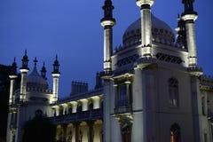 Palacio árabe del estilo iluminado en la noche con el cielo crepuscular azul Imágenes de archivo libres de regalías