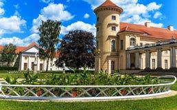 Palacio alemán Rheinsberg en el Grienericksee, la ubicación pintoresca, la naturaleza, la arquitectura y el arte Foto de archivo