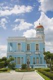 Palacio azul hermoso con un cielo nublado Imagen de archivo libre de regalías