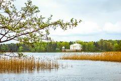 Palacio blanco en el lago foto de archivo libre de regalías