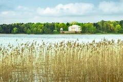 Palacio blanco en el lago fotografía de archivo libre de regalías