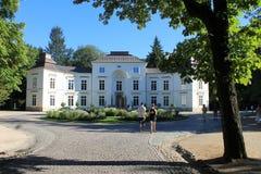 Palacio blanco en el parque de Varsovia, Polonia foto de archivo libre de regalías