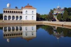 Palacio blanco Sitorai-Khosa en la orilla Imagenes de archivo