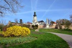 Palacio con la iglesia y castillo en la colina en primavera Foto de archivo
