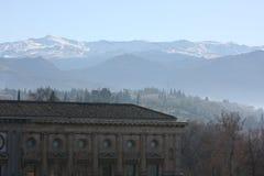 Palacio de Carlos V y una vista de Sierra Nevada Imagenes de archivo