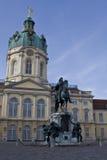 Palacio de Charlottenburg con la estatua en frente Fotografía de archivo libre de regalías