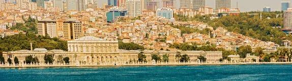 Palacio de Dolmabahce, visión desde Bosphorus en Estambul, Turquía Fotos de archivo