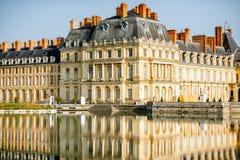 Palacio de Fontainebleau con el lago en Francia imagenes de archivo