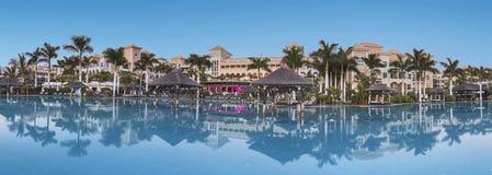 Palacio de Guia de Isora del centro turístico del hotel de lujo en la oscuridad en Tenerife, islas Canarias, España el 8 de agost Imagenes de archivo