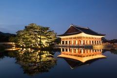 Palacio de Gyeongbokgung en la noche Fotos de archivo libres de regalías