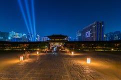 Palacio de Gyeongbokgung en la noche en Seul, Corea del Sur Fotografía de archivo