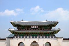 Palacio de Gyeongbokgung, frente de la puerta de Gwanghuamun, Seul, Corea del Sur La muestra lee nombre del palacio de Gyeongbokg Foto de archivo libre de regalías
