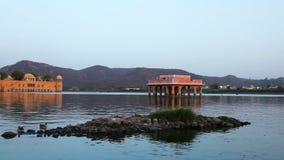 Palacio de Jal Mahal o del agua en el medio del hombre Sagar Lake en la ciudad de Jaipur almacen de video