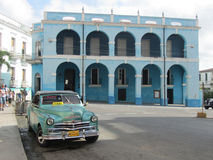 Palacio de Junco och en typisk kubansk taxi, Matanzas, Kuba Royaltyfri Bild